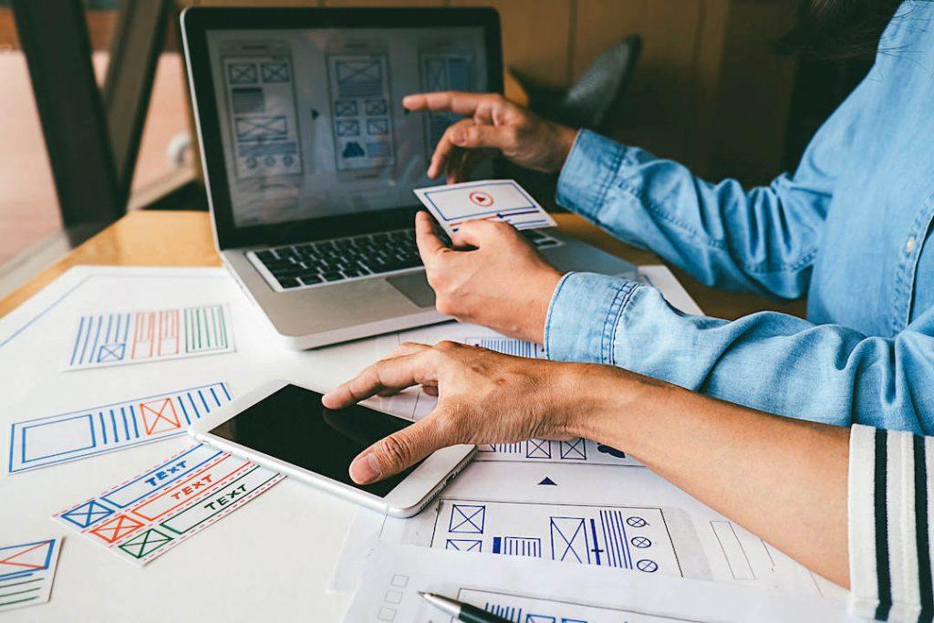 personas diseñando web